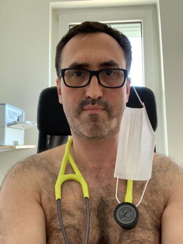 【ヌード女医】コロナでのマスク不足をアピールするために裸になるドイツの医師、馬鹿かな・・・?(画像)・11枚目