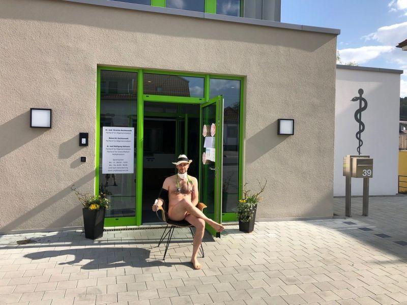 【ヌード女医】コロナでのマスク不足をアピールするために裸になるドイツの医師、馬鹿かな・・・?(画像)・19枚目