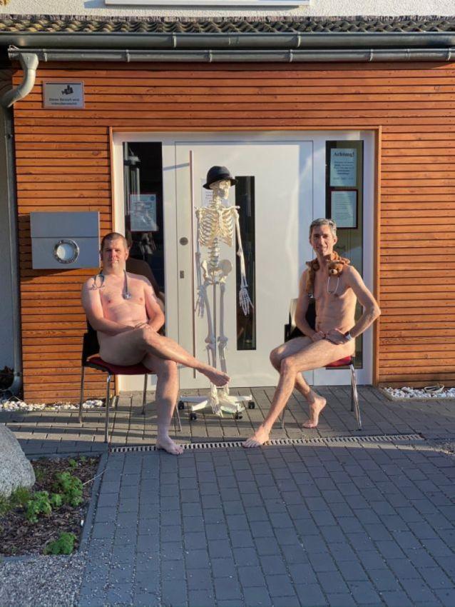 【ヌード女医】コロナでのマスク不足をアピールするために裸になるドイツの医師、馬鹿かな・・・?(画像)・24枚目