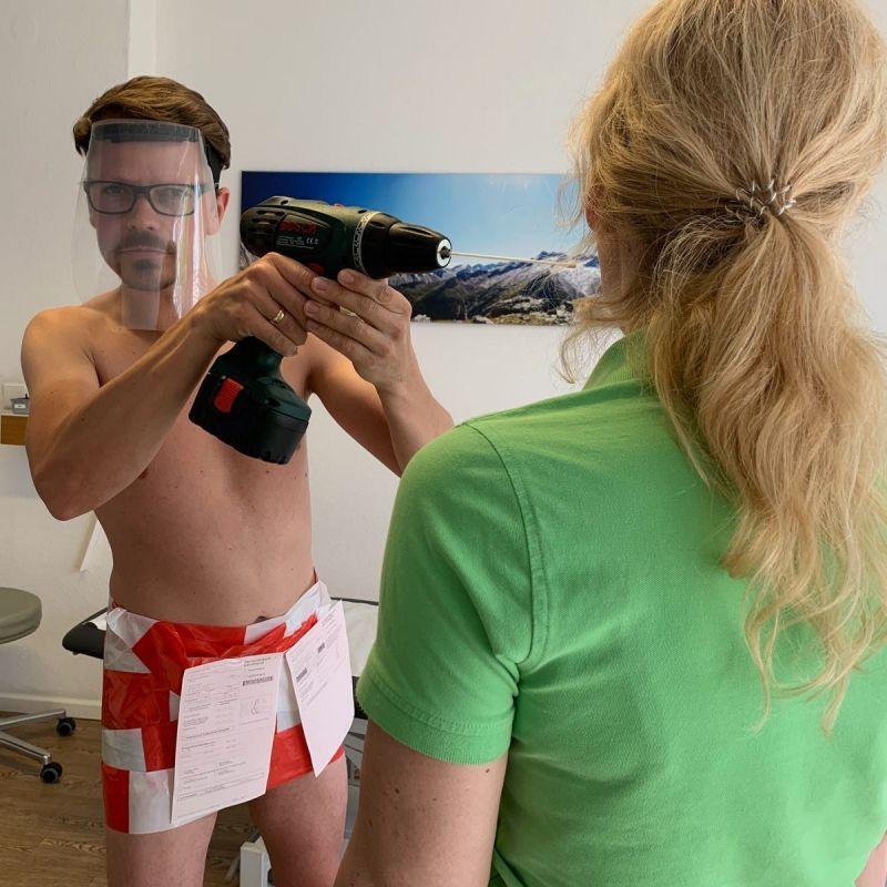 【ヌード女医】コロナでのマスク不足をアピールするために裸になるドイツの医師、馬鹿かな・・・?(画像)・27枚目