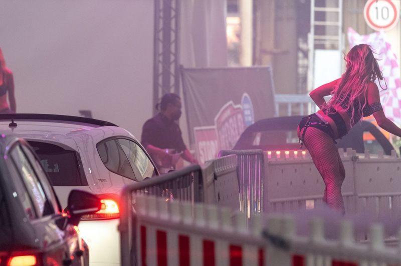 """【ソーシャルディスタンス】コロナ対策にドイツで考案された""""ドライブスルー・ストリップ""""これはマジ楽しそう!!(画像)・1枚目"""