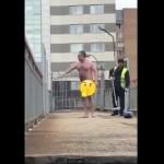 【全裸おじさん】真っ昼間のロシアに現れた陽気な全裸おじさん、普通に捕まるwwwww(動画)