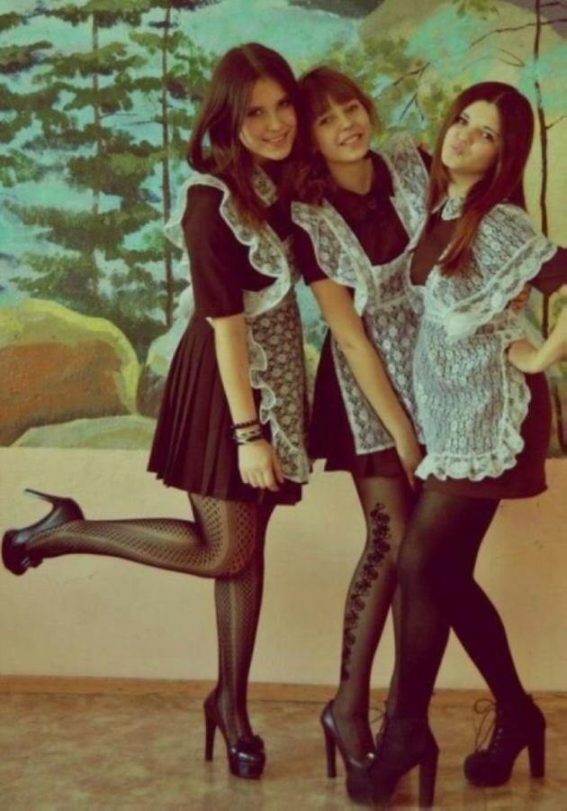 【美少女多数】卒業式には白いエプロンドレス姿のメイド服に身を包むのが慣習になってるロシアJKがエロい!!(画像)・1枚目