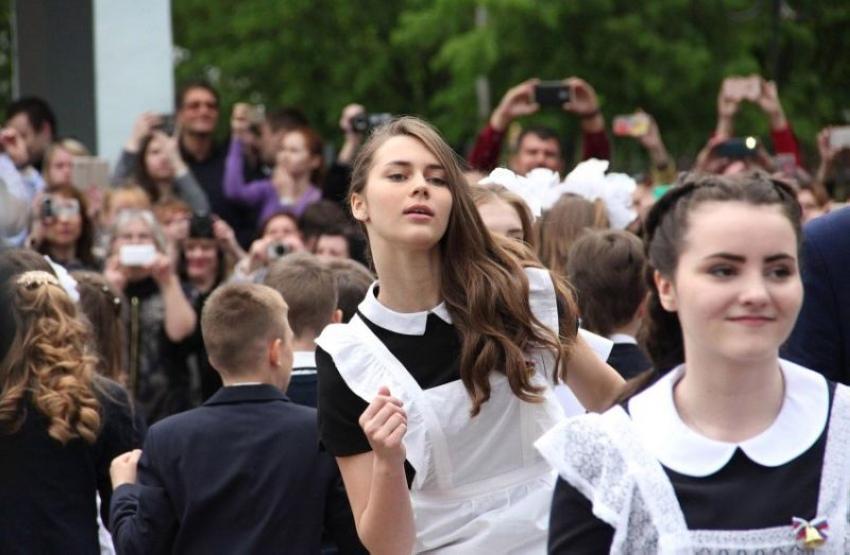 【美少女多数】卒業式には白いエプロンドレス姿のメイド服に身を包むのが慣習になってるロシアJKがエロい!!(画像)・2枚目
