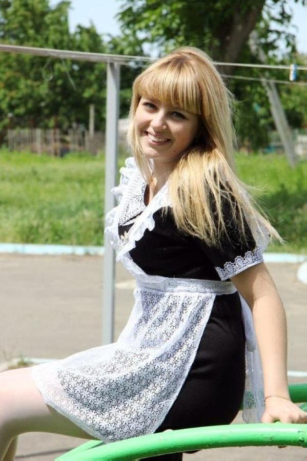 【美少女多数】卒業式には白いエプロンドレス姿のメイド服に身を包むのが慣習になってるロシアJKがエロい!!(画像)・5枚目