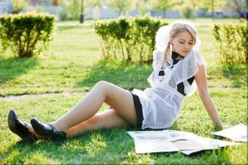 【美少女多数】卒業式には白いエプロンドレス姿のメイド服に身を包むのが慣習になってるロシアJKがエロい!!(画像)・8枚目