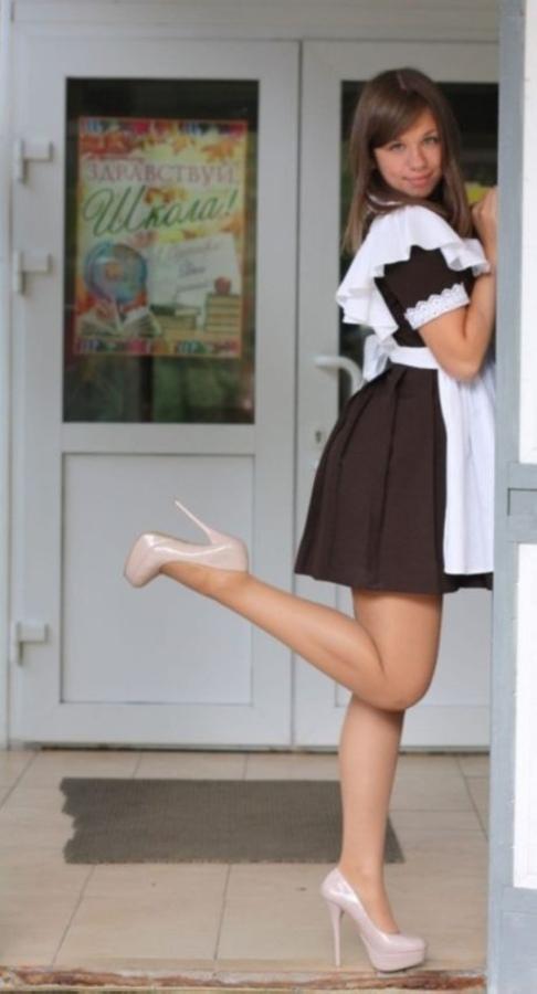 【美少女多数】卒業式には白いエプロンドレス姿のメイド服に身を包むのが慣習になってるロシアJKがエロい!!(画像)・12枚目