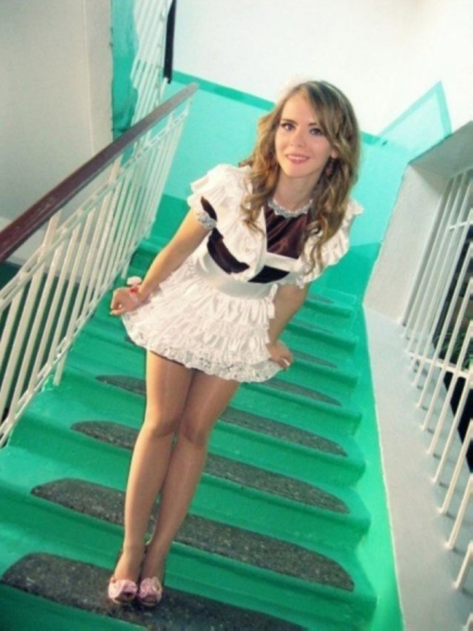 【美少女多数】卒業式には白いエプロンドレス姿のメイド服に身を包むのが慣習になってるロシアJKがエロい!!(画像)・25枚目