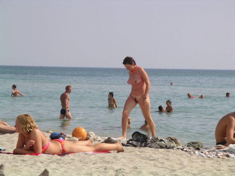 【保存推奨】夏本番、コロナ禍にも負けずビーチでトップレスになって日焼けを楽しむ外人まんさんのエロ画像・1枚目