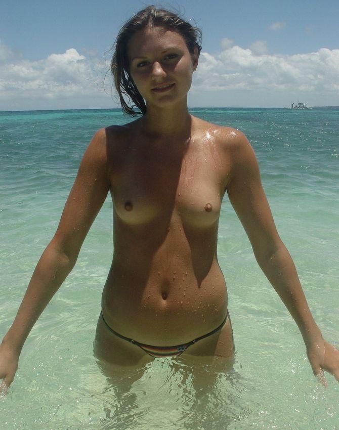 【保存推奨】夏本番、コロナ禍にも負けずビーチでトップレスになって日焼けを楽しむ外人まんさんのエロ画像・3枚目