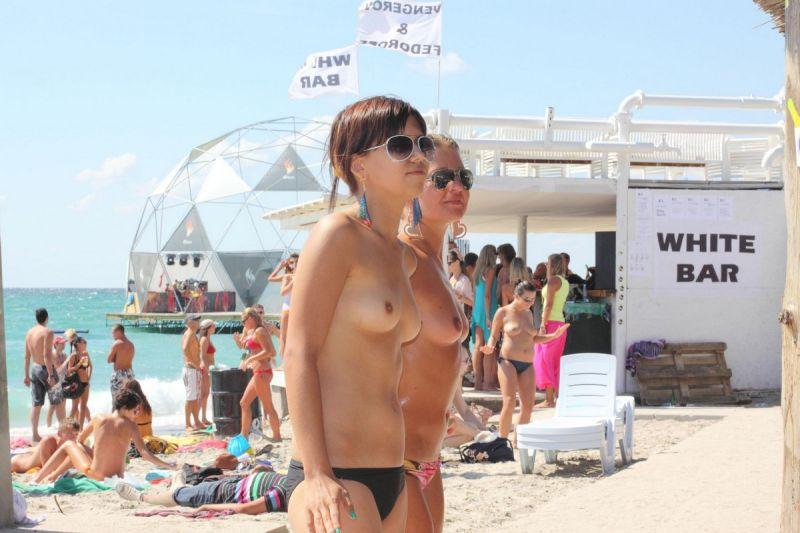 【保存推奨】夏本番、コロナ禍にも負けずビーチでトップレスになって日焼けを楽しむ外人まんさんのエロ画像・5枚目