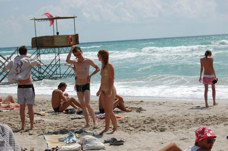 【保存推奨】夏本番、コロナ禍にも負けずビーチでトップレスになって日焼けを楽しむ外人まんさんのエロ画像・10枚目