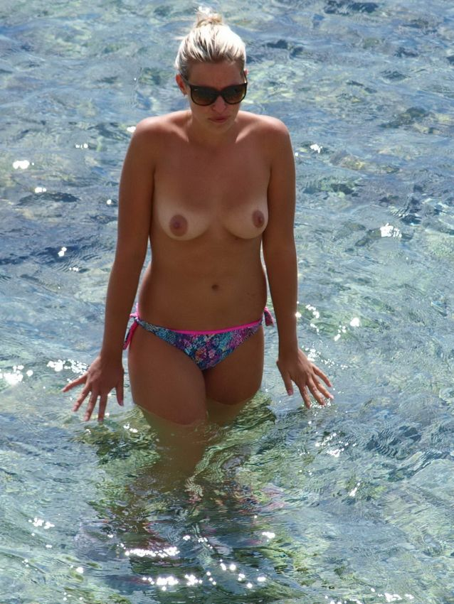 【保存推奨】夏本番、コロナ禍にも負けずビーチでトップレスになって日焼けを楽しむ外人まんさんのエロ画像・13枚目