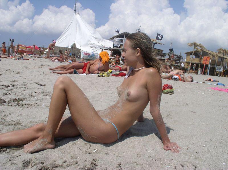 【保存推奨】夏本番、コロナ禍にも負けずビーチでトップレスになって日焼けを楽しむ外人まんさんのエロ画像・14枚目