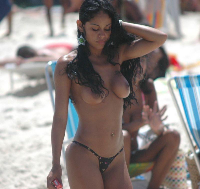 【保存推奨】夏本番、コロナ禍にも負けずビーチでトップレスになって日焼けを楽しむ外人まんさんのエロ画像・15枚目