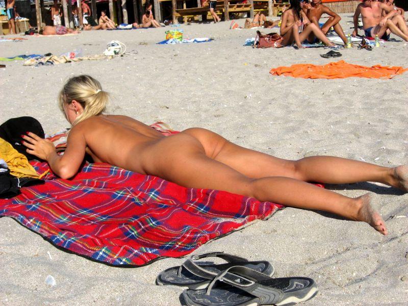 【保存推奨】夏本番、コロナ禍にも負けずビーチでトップレスになって日焼けを楽しむ外人まんさんのエロ画像・21枚目