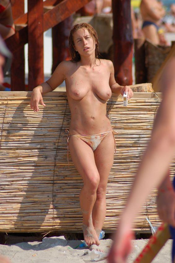 【保存推奨】夏本番、コロナ禍にも負けずビーチでトップレスになって日焼けを楽しむ外人まんさんのエロ画像・23枚目