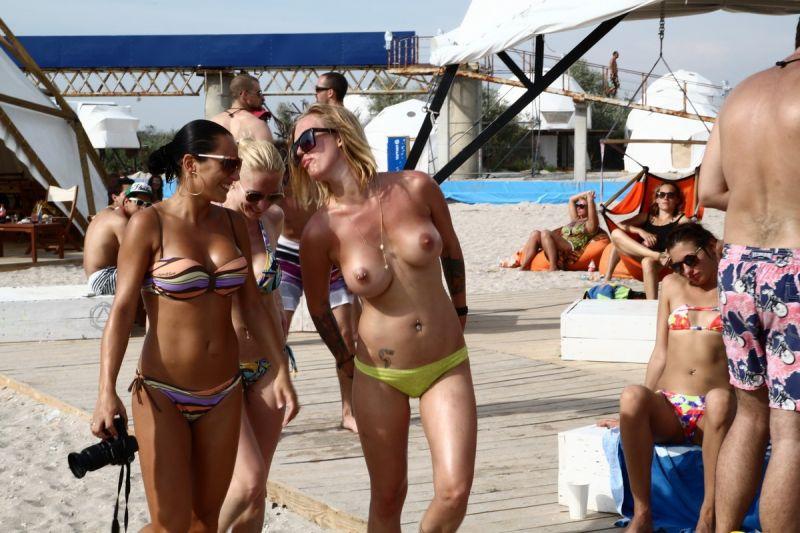 【保存推奨】夏本番、コロナ禍にも負けずビーチでトップレスになって日焼けを楽しむ外人まんさんのエロ画像・30枚目