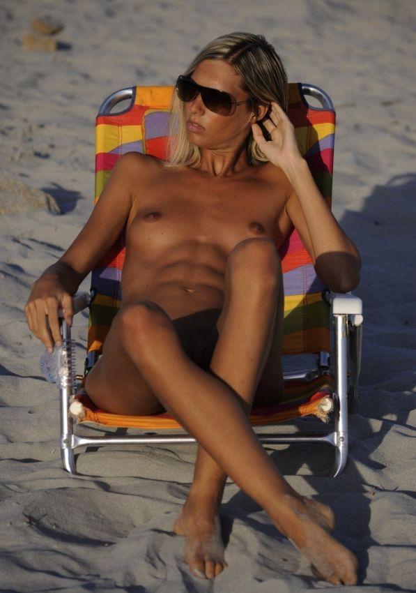 【保存推奨】夏本番、コロナ禍にも負けずビーチでトップレスになって日焼けを楽しむ外人まんさんのエロ画像・31枚目