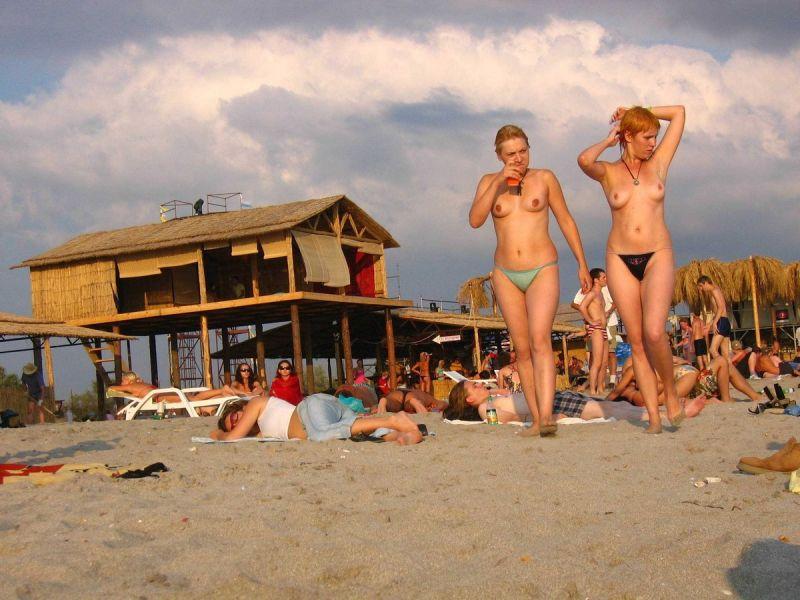【保存推奨】夏本番、コロナ禍にも負けずビーチでトップレスになって日焼けを楽しむ外人まんさんのエロ画像・34枚目