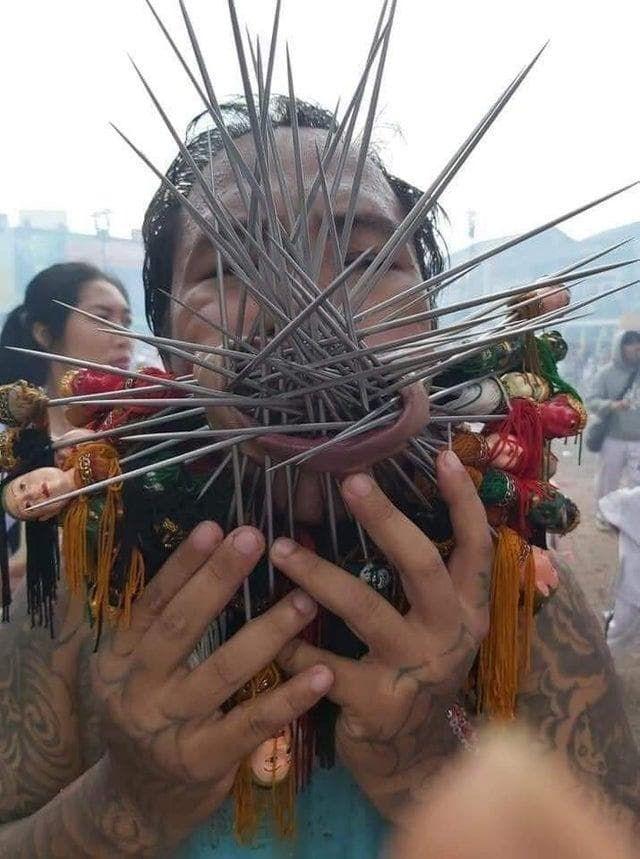 """【閲覧注意】タイ プーケットで開催される""""ベジタリアン・フェスティバル""""の苦行の行列という催し物、ヤバすぎるだろ・・・・(画像)・1枚目"""