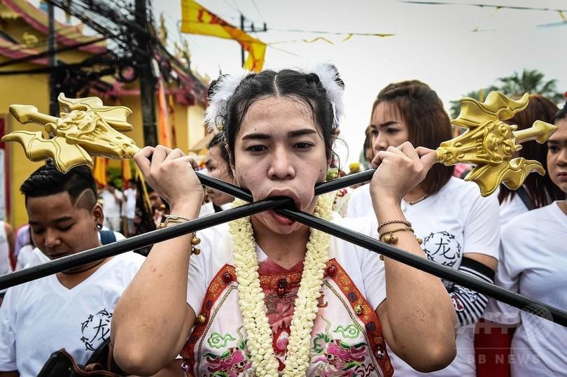 """【閲覧注意】タイ プーケットで開催される""""ベジタリアン・フェスティバル""""の苦行の行列という催し物、ヤバすぎるだろ・・・・(画像)・3枚目"""
