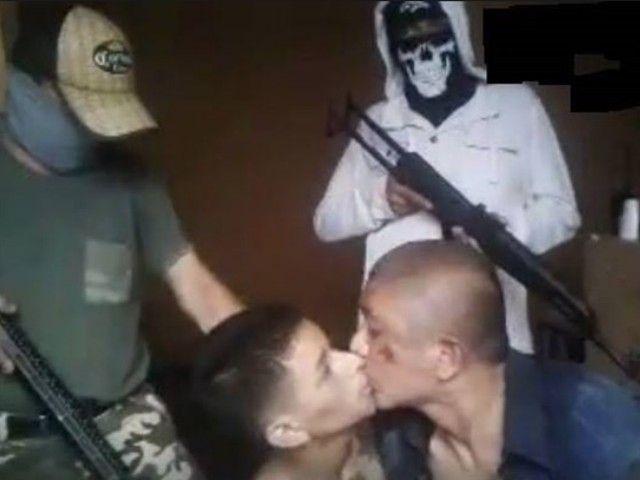 【悲惨】対立組織に捕まったメキシコ麻薬カルテルメンバー、メンバー同士で最後のキスさせられ箱詰めされる・・・・・(画像)・2枚目