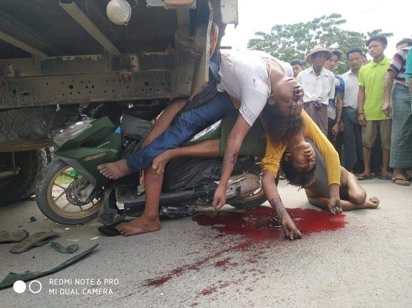 【悲惨】ミャンマーのバイク事故、3人乗りしたまま猛スピードでトラックの下に突っ込み全員即死・・・・(画像)・1枚目