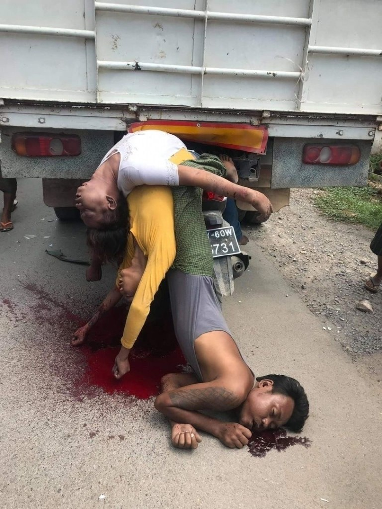 【悲惨】ミャンマーのバイク事故、3人乗りしたまま猛スピードでトラックの下に突っ込み全員即死・・・・(画像)・2枚目