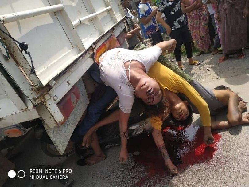 【悲惨】ミャンマーのバイク事故、3人乗りしたまま猛スピードでトラックの下に突っ込み全員即死・・・・(画像)・3枚目
