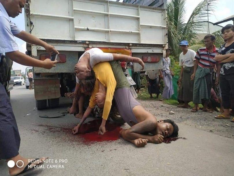 【悲惨】ミャンマーのバイク事故、3人乗りしたまま猛スピードでトラックの下に突っ込み全員即死・・・・(画像)・5枚目
