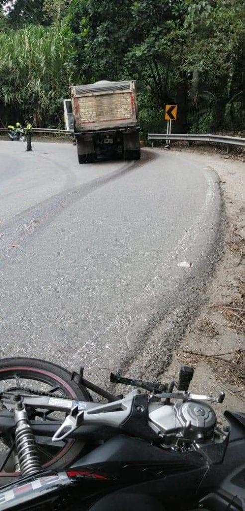 【グロ注意】バイクでトラックに衝突した女性、上半身が潰れなかった為即死できずに友人の目の前で亡くなる・・・・(画像)・1枚目