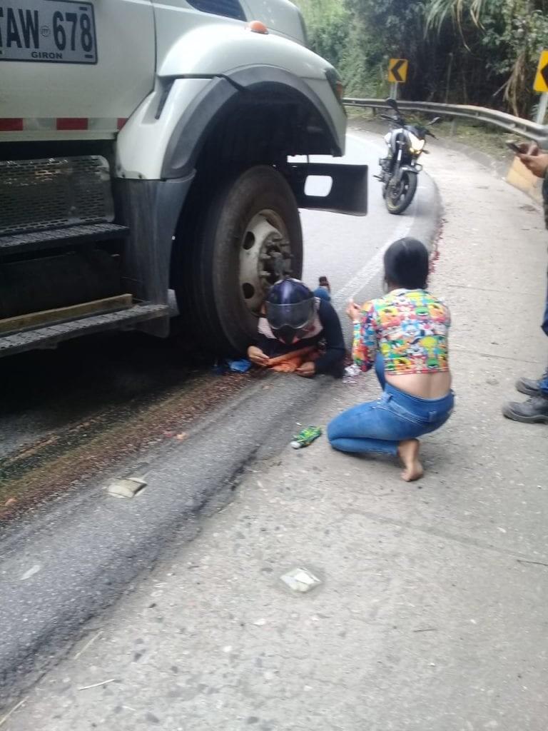 【グロ注意】バイクでトラックに衝突した女性、上半身が潰れなかった為即死できずに友人の目の前で亡くなる・・・・(画像)・2枚目