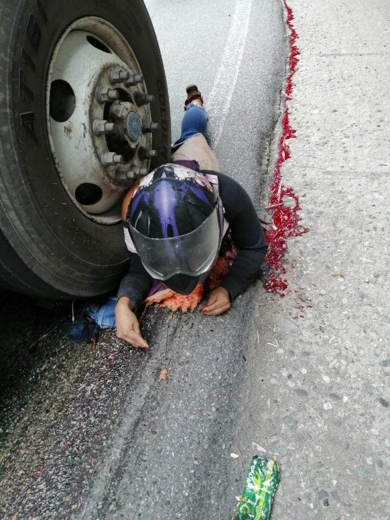 【グロ注意】バイクでトラックに衝突した女性、上半身が潰れなかった為即死できずに友人の目の前で亡くなる・・・・(画像)・3枚目