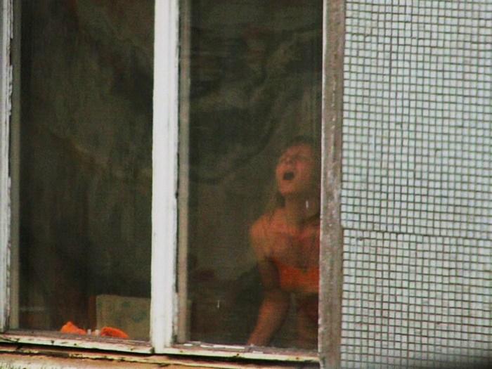【ほぼストリップ】カーテンを閉めるという文化があまりない外人まんさん、外から覗かれ放題になる・・・・(画像あり)・6枚目