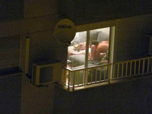 【ほぼストリップ】カーテンを閉めるという文化があまりない外人まんさん、外から覗かれ放題になる・・・・(画像あり)・34枚目
