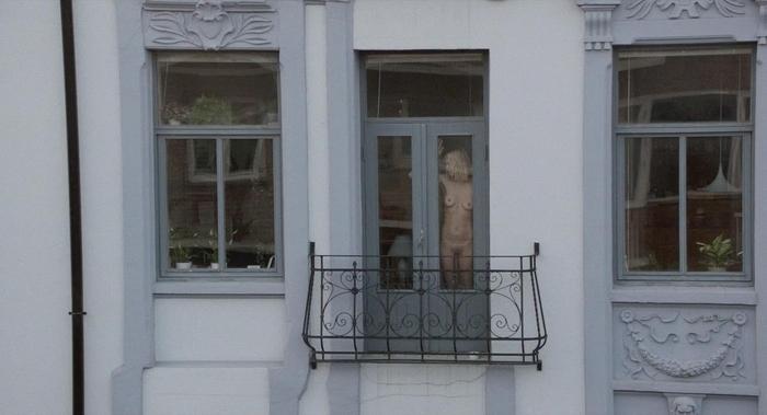 【ほぼストリップ】カーテンを閉めるという文化があまりない外人まんさん、外から覗かれ放題になる・・・・(画像あり)・35枚目