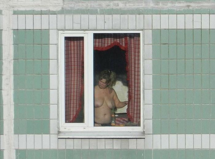 【ほぼストリップ】カーテンを閉めるという文化があまりない外人まんさん、外から覗かれ放題になる・・・・(画像あり)・45枚目