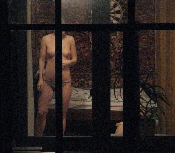 【ほぼストリップ】カーテンを閉めるという文化があまりない外人まんさん、外から覗かれ放題になる・・・・(画像あり)・47枚目