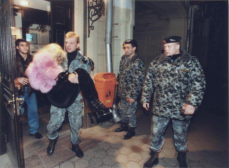 【ロシアンストリップ嬢】武器やドラッグの取引相手を接待中のロシアンマフィア&ストリップ嬢、怖いけどエロい・・・・・(画像)・21枚目