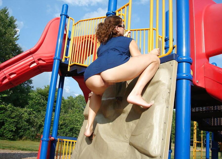 【子供トラウマ確定】海外の児童公園、変態露出まんさん達の格好のたまり場と化すwwwwww(画像あり)・2枚目