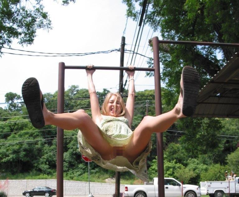 【子供トラウマ確定】海外の児童公園、変態露出まんさん達の格好のたまり場と化すwwwwww(画像あり)・5枚目