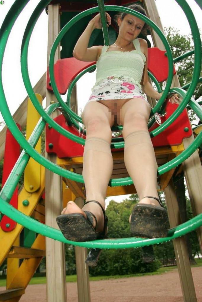 【子供トラウマ確定】海外の児童公園、変態露出まんさん達の格好のたまり場と化すwwwwww(画像あり)・20枚目