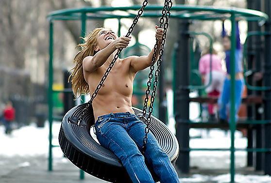 【子供トラウマ確定】海外の児童公園、変態露出まんさん達の格好のたまり場と化すwwwwww(画像あり)・26枚目