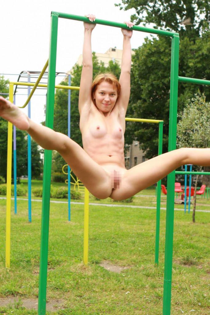 【子供トラウマ確定】海外の児童公園、変態露出まんさん達の格好のたまり場と化すwwwwww(画像あり)・34枚目