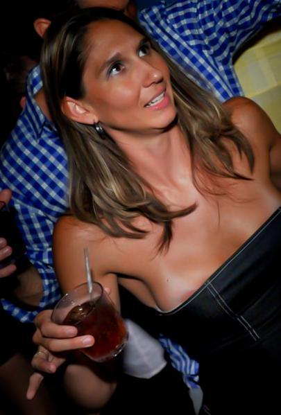 【ポロリ盗撮】外国人美女まんさんのハプニングおっぱいポロリ画像、油断しすぎだろwwwww(画像)・3枚目
