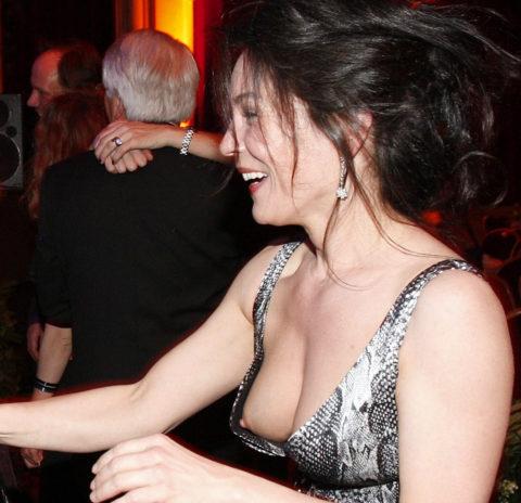 【ポロリ盗撮】外国人美女まんさんのハプニングおっぱいポロリ画像、油断しすぎだろwwwww(画像)・11枚目