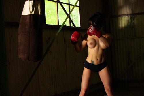 【エロボクサー】エロと格闘技の絶妙な融合、如何にもアメリカ人らしいトップレスボクシングのエロ画像!!(画像あり)・32枚目