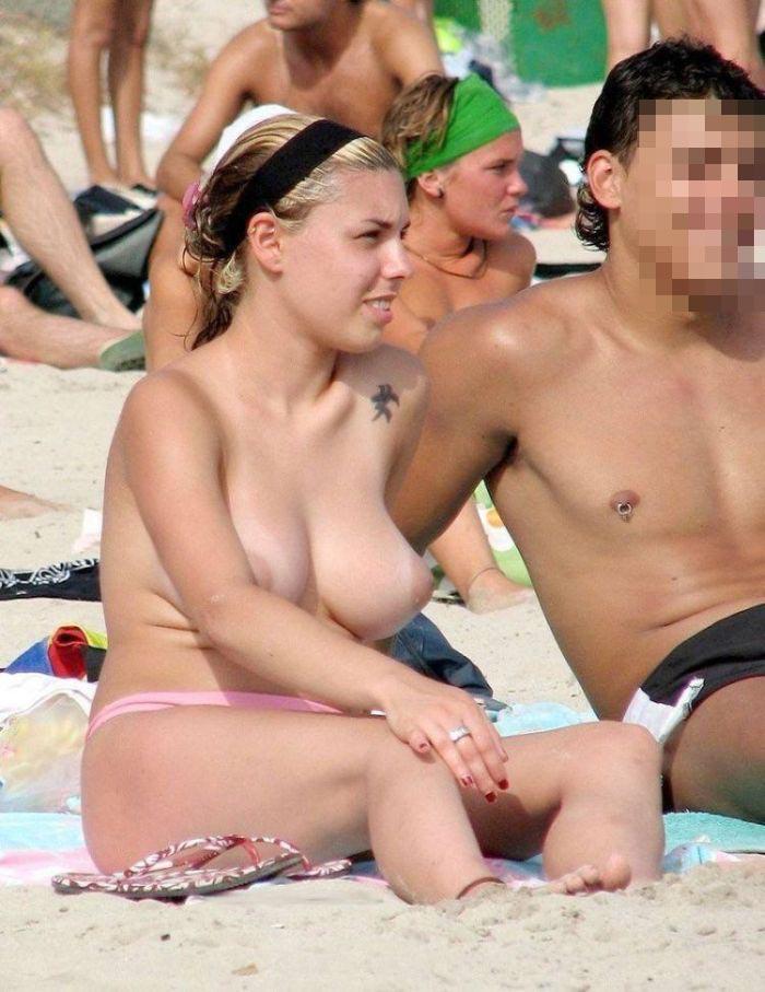 【おっぱい天国】海外のヌーディストビーチでおっぱい丸出しの外人ネキ、ただし勃起したらボコボコにされる模様・・・・(画像あり)・18枚目