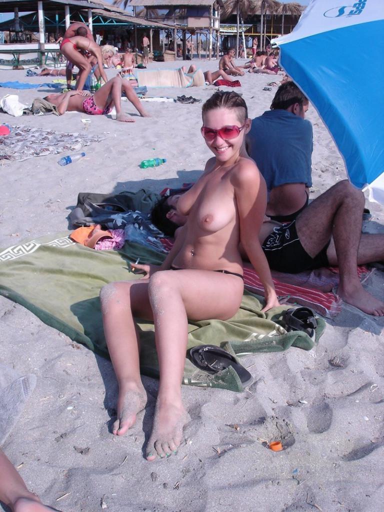 【おっぱい天国】海外のヌーディストビーチでおっぱい丸出しの外人ネキ、ただし勃起したらボコボコにされる模様・・・・(画像あり)・26枚目